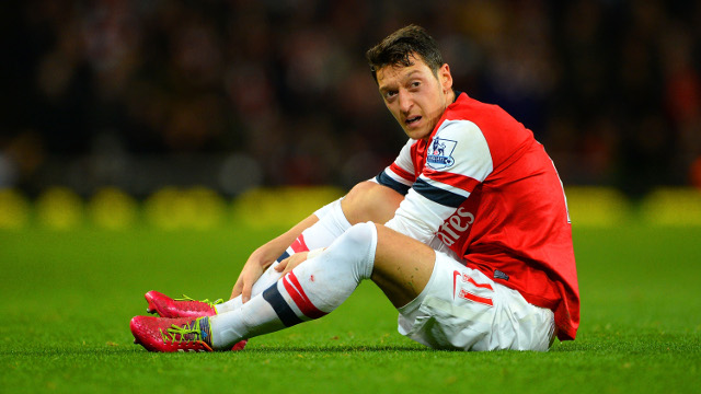Mesut-Ozil-of-Arsenl-injured