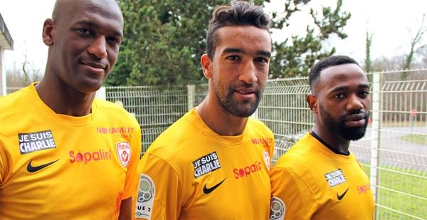 "(L-R) Nancy players Joel Sami, Youssouf Hadji and Lossemy Karabouue wear ""Je suis Charlie"" patches."