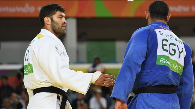 Egyptian judoka Islam El Shehaby (right) refuses a post-match handshake with Israel's Or Sasson.
